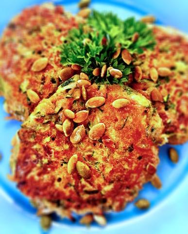 Zucchini och morotsbiffar med fetaostkram