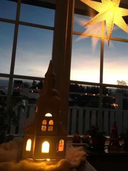 Prydnadskyrka och julstjärna.