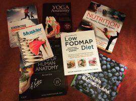 Studielitteratur om kroppen, träning och kost.